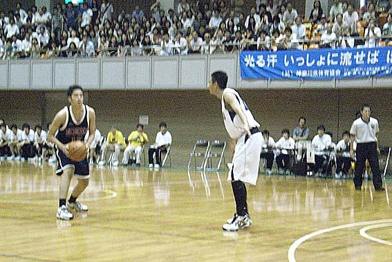 場内が暗くてピンボケです。左-権田、右-諌山、共に2年生で有望選手です。